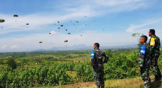 400 Prajurit Tengkorak Melakukan Aksi Terjun Payung Menghiasi Langit Karawang (Foto : Pojok Berita)