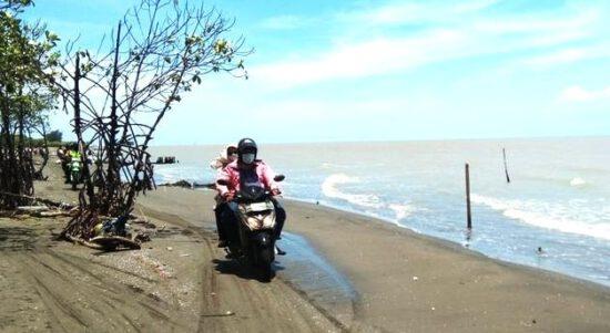 Kisah Haru Bidan Desa Bertugas di Dusun Terisolir Tanjungsari di Cibuaya Karawang, Kaget Harus Bawa Pasien dengan Perahu