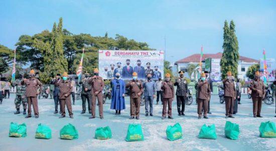 Usai Upacara Peringatan HUT TNI, Bupati Berikan Bansos untuk Para Veteran Karawang